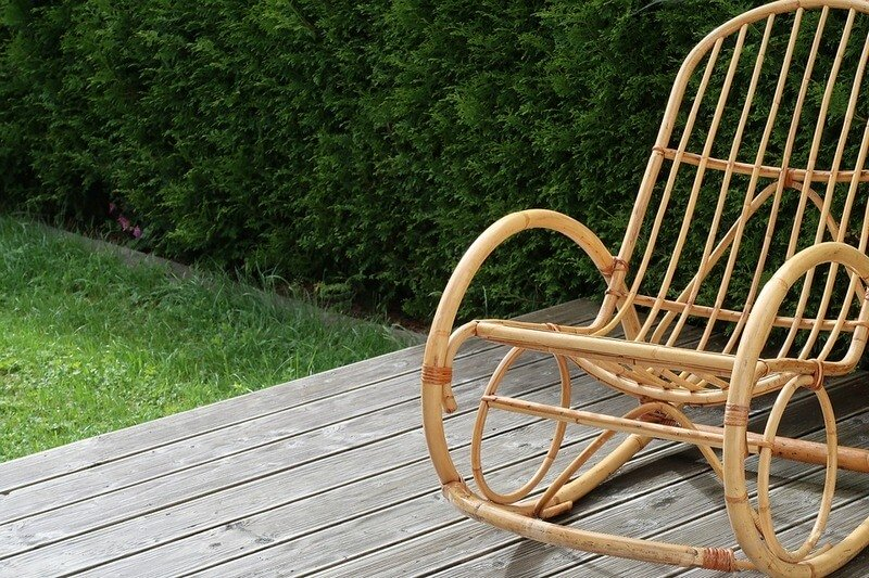 Кресло-качалка из ротанга в загородном доме